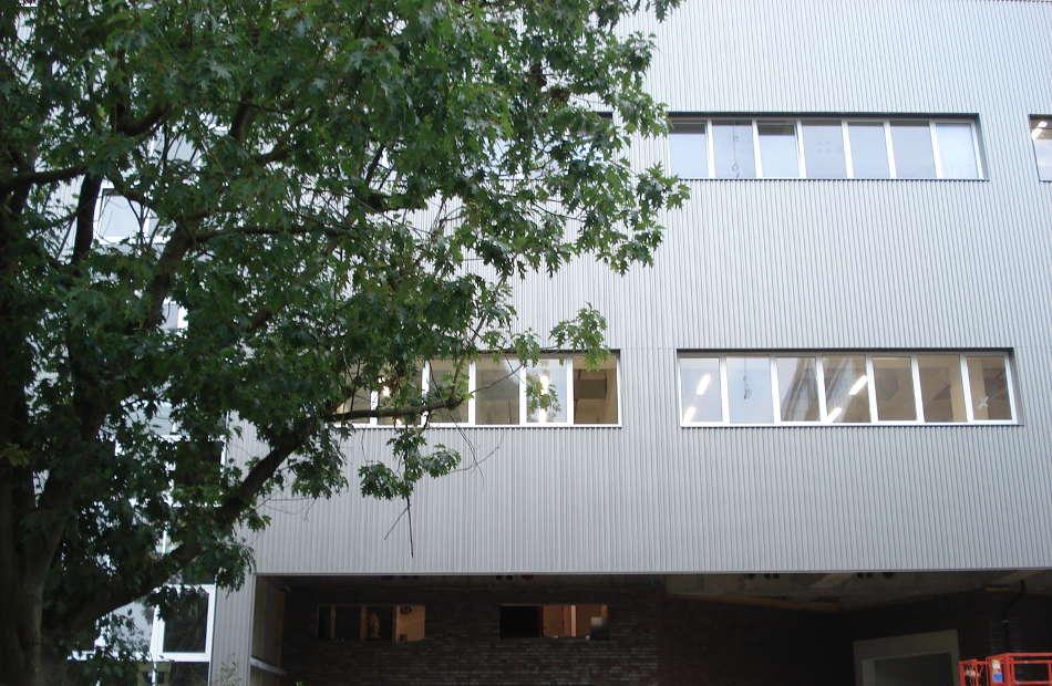 Az113_reyher-neubau-fassade-schrauben-hamburg-welle-durchfahrt