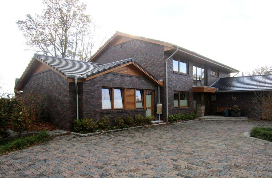 Az138_einfamilienhaus-sittensen-verblender-holz-warm-hof-umfahrt