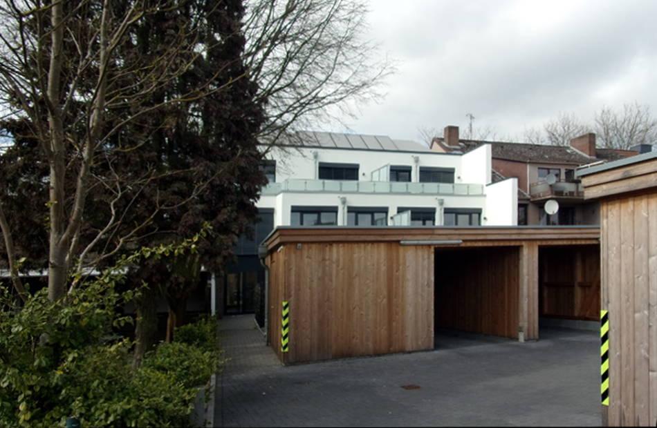 Az150_mehrfamilienhaus-rotenburg-modern-kubus-glas-kassettenfassade-flachdach-dachterrassen-carports